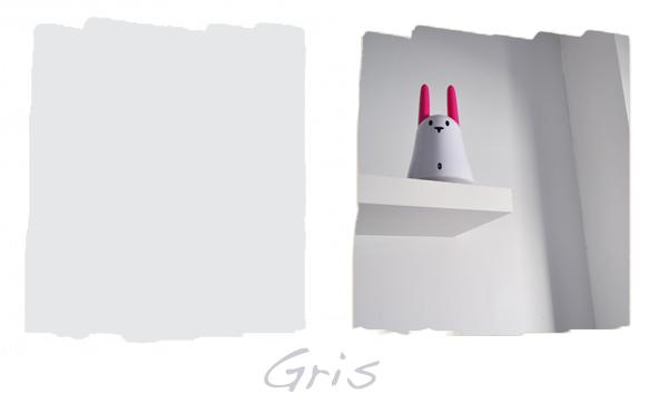 Bureau au mur gris