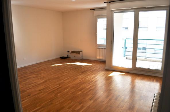 Double salon avec 1 mur taupe