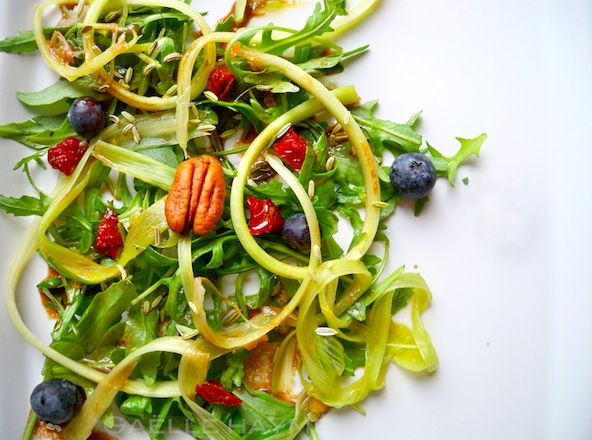 Salade de roquette, tagliatelles de rhubarbe crue, tomates séchées