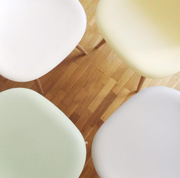 Chaises Eames pastel