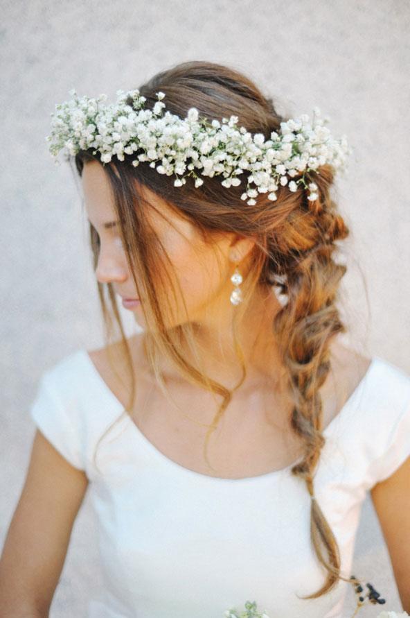Coiffure de mariage - Couronne de gypsophile sur cheveux tressés sur le côté